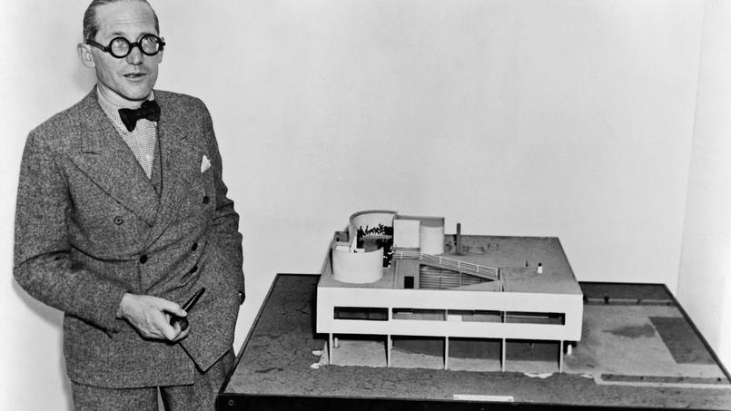 L'architecte Le Corbusier (1887-1965) près de la maquette de la Villa Savoye (Poissy), 1935.