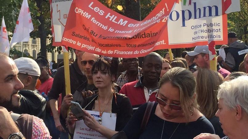 Les bailleurs sociaux manifestent leur colère contre la baisse des APL aux abords de l'Assemblée nationale