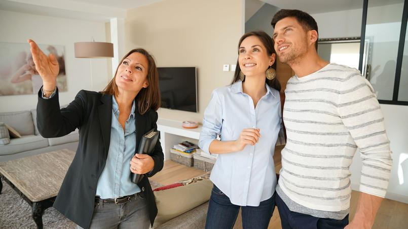 Un couple qui visite un appartement avec un agent immobilier, photo d'illustration.