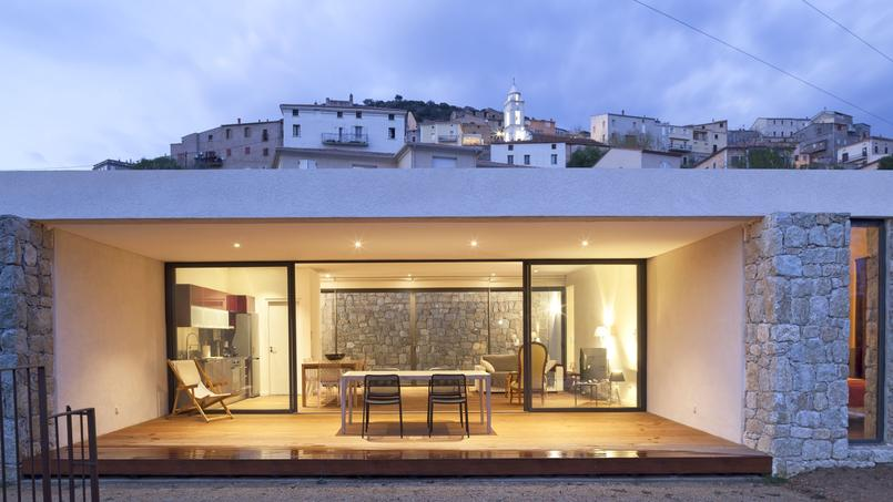 cette maison corse se fond dans son environnement. Black Bedroom Furniture Sets. Home Design Ideas