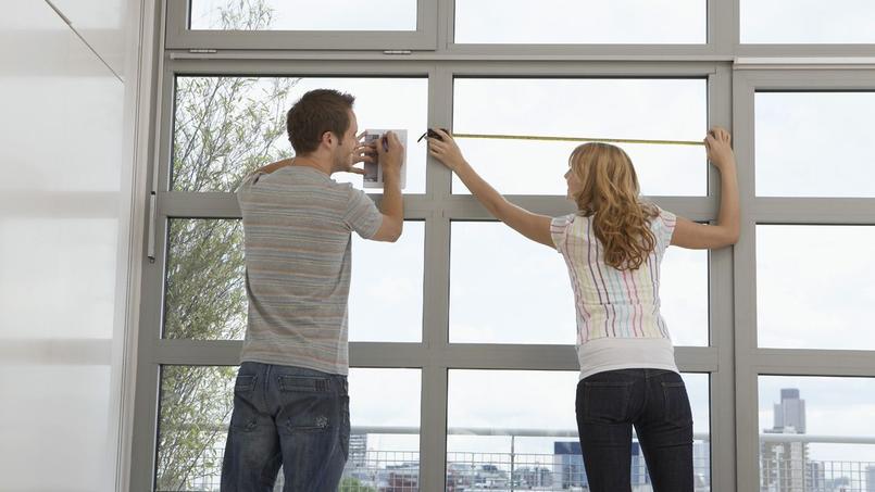 Un couple qui mesure son appartement, photo d'illustration.