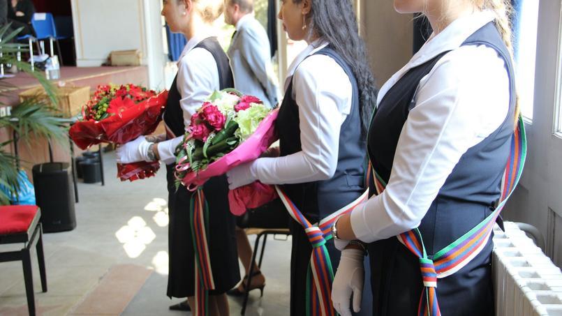 Les jours de remise des prix, les élèves portent leur robe de cérémonie, des gants blancs et des escarpins.©sdetarle