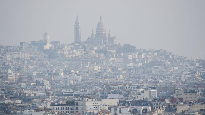 Une photo de la butte Montmartre entourée d'un nuage de pollution.