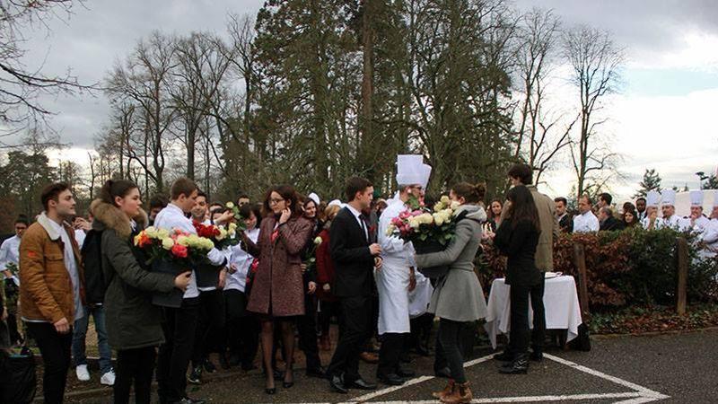 Étudiants et professeurs ont apporté des fleurs.