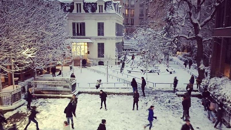 Les élèves de 6 ème et 5 ème de l'Ecole alsacienne à Paris 6ème font une bataille de boules de neige.
