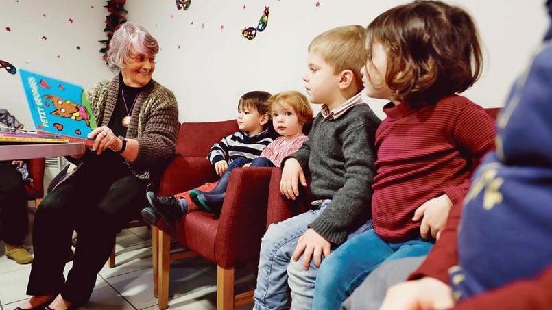 La résidence «Les Jardins d'Arcadie» où des personnes du 3e âge font la lecture à des enfants de la crèche voisine à Versailles.