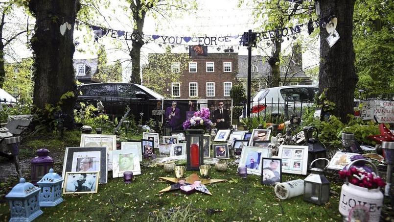 Les hommages des fans du chanteur, avec en arrière-plan sa résidence