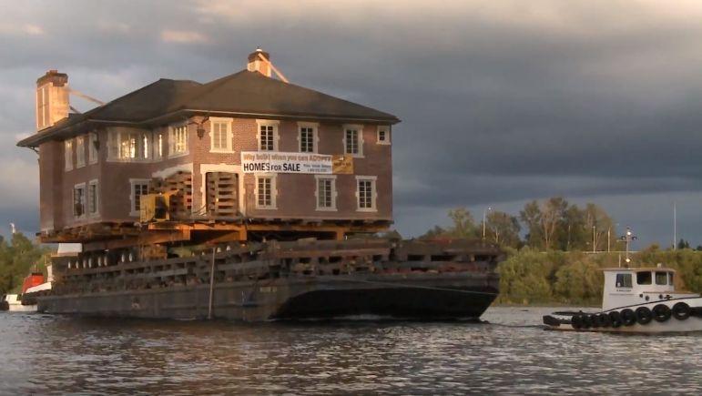 À Seattle, les vieilles maisons quittent la ville en bateau