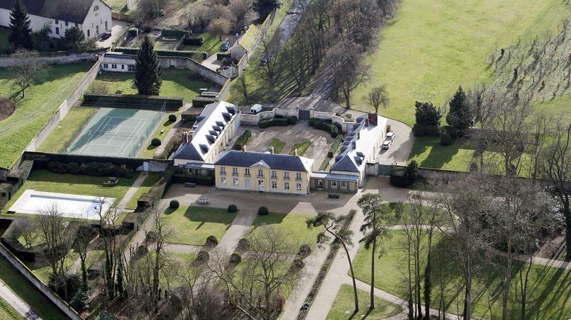 La résidence de la Lanterne (Versailles) avec le court de tennis sur la gauche
