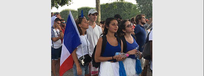 Les jeunes filles étaient nombreuses à encourager l'équipe de France (Ici au Champ de Mars dimanche)
