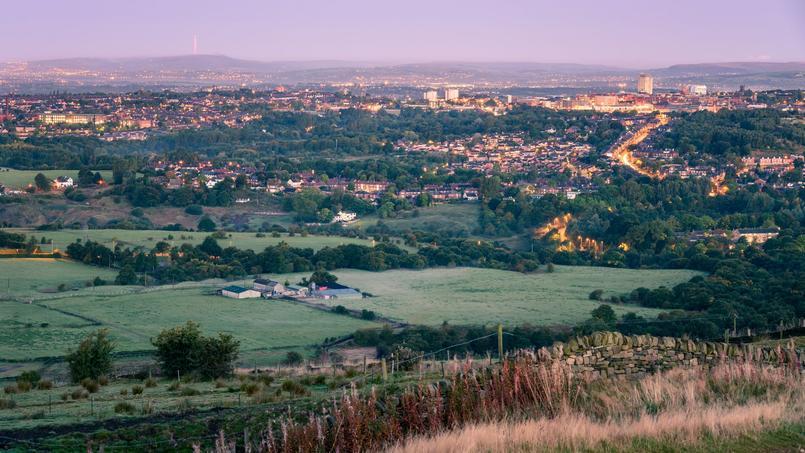 La campagne anglaise, avec la banlieue de Manchester en arrière-plan.