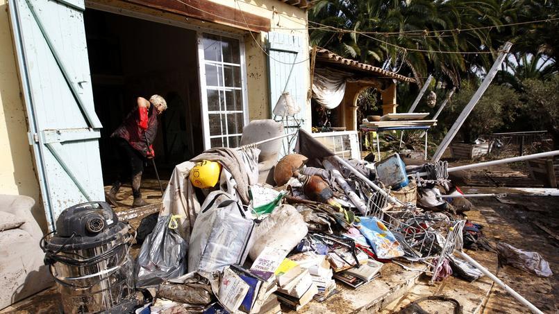 En octobre 2015, une habitante nettoie sa maison dévastée par les inondations.