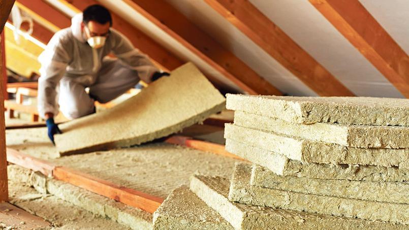 Isoler efficacement sa toiture et ses combles coûte en moyenne 7300 euros selon l'Ademe.