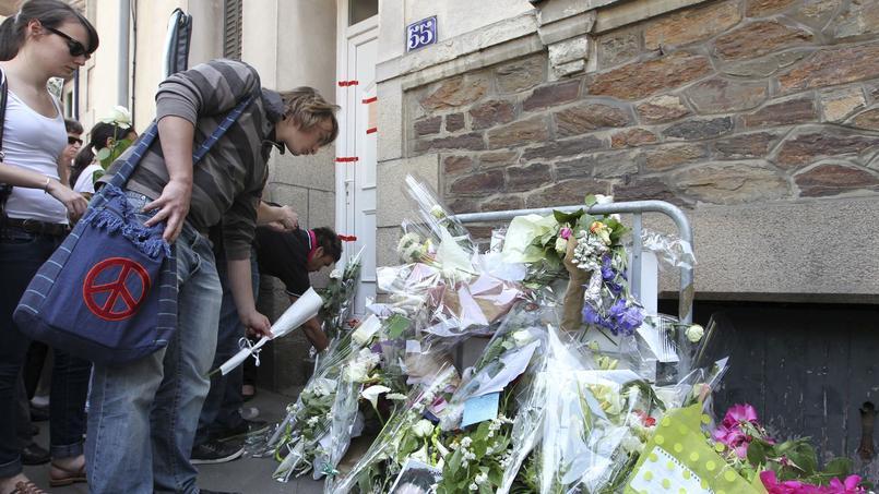 Le 26 avril 2011, au terme d'une marche silencieuse, la population dépose des fleurs devant le 55 bd Schumann à Nantes.