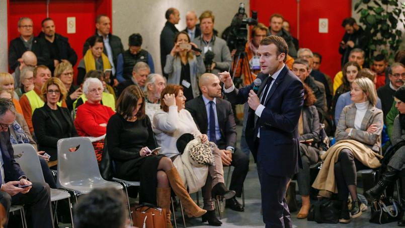 Emmanuel Macron lors d'un débat à Bourg-de-Péage, près de Valence