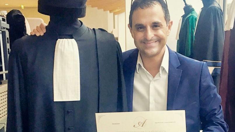 Après neuf redoublements, il devient avocat