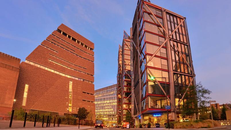 Plus d'un demi-million de visiteurs emprunteraient chaque année les ascenseurs jusqu'au dixième étage de l'extension de la galerie pour observer notamment l'intérieur des appartements du complexe luxueux faisant face au musée.