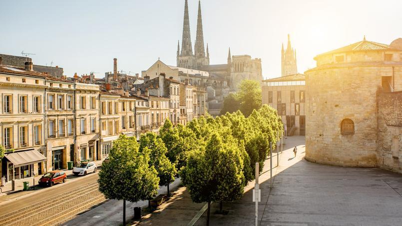 Image d'illustration de Bordeaux le matin avec la cathédrale Saint-Pierre en arrière-plan.