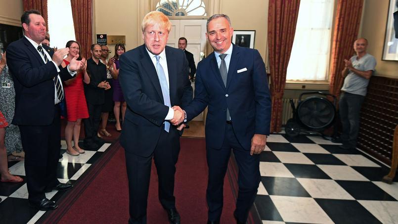 Boris Johnson travaillera et remplira ses missions officielles au 10, Downing (ici avec le secrétaire du Cabinet, Mark Sedwill) mais occupera les appartements privés situés au-dessus du n°11.