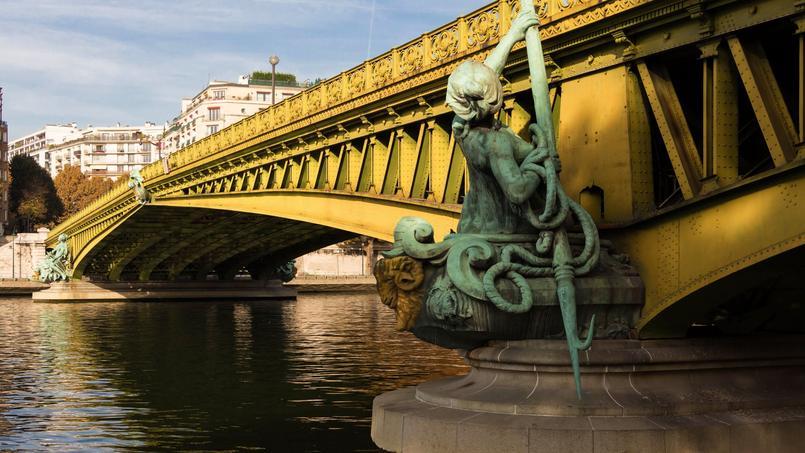 «Sous le pont Mirabeau coule la Seine / Et nos amours. Faut-il qu'il m'en souvienne. La joie venait toujours après la peine». Ces quelques vers du poète Guillaume Apollinaire ont accru la célébrité du Pont Mirabeau à Paris.