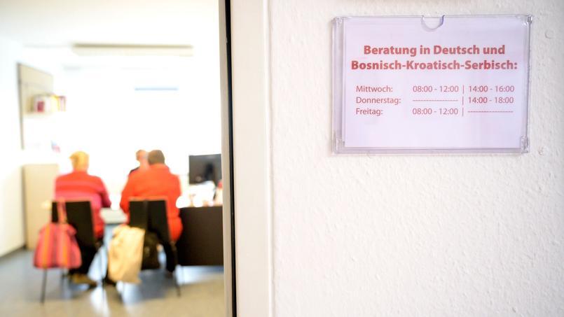 Des salariées bosniaque et serbe échangent avec une consultante sur la baisse de leurs aides au logement