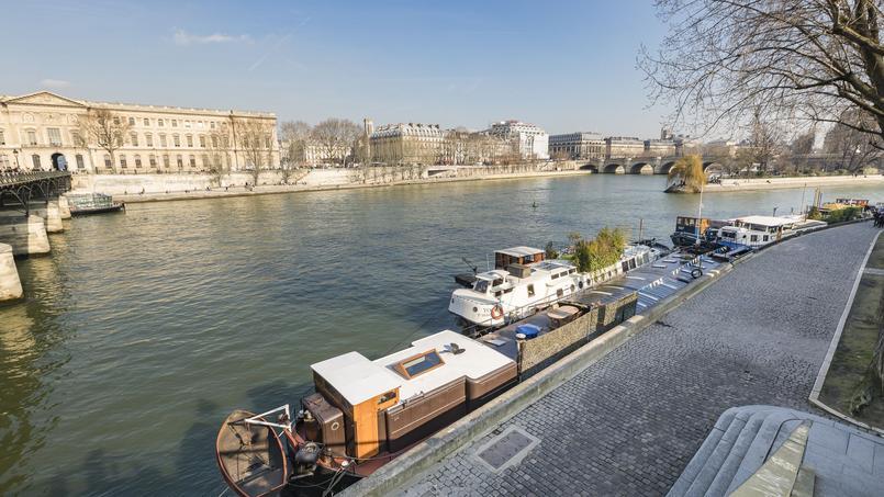 Péniche avec vue sur le Louvre cherche nouveau propriétaire