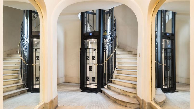 Un ascenseur installé dans un immeuble Art Déco du 16e arrondissement de Paris.
