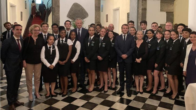 De gauche à droite: Muriel Pénicaud, ministre du Travail, Bruno Le Maire, ministre de l'Économie, Emmanuel Macron, Ghislaine Lhuissier, directrice Vatel Réunion, en compagnie des étudiants Vatel Réunion.