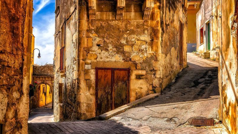 Une ruelle dans un village en Sicile (image d'illustration).