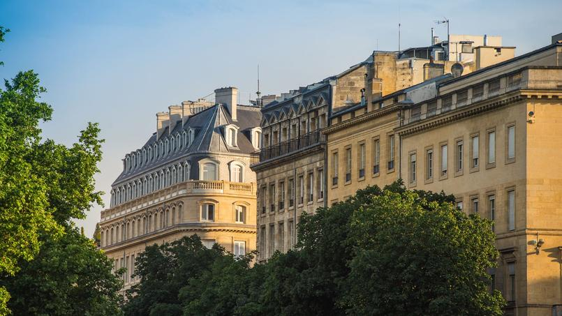 La baisse des prix de l'immobilier en raison du coronavirus, pourrait être plus limitée à Paris que dans les autres villes.