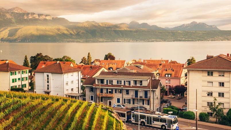 Vue générale d'une commune de la région de Lausanne, entre lac et montagnes.