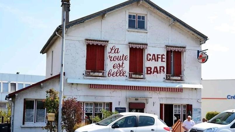 Le café-bar La route est belle avant sa démolition
