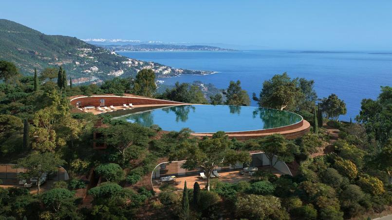 Ce domaine privé au design contemporain se dresse au cœur d'un parc paysager conçu par l'un des plus célèbres artisans des années 60 Jean Mus
