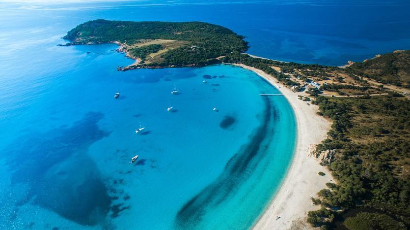 Les deux villas de plus de 500 m² ont été construites au-dessus de la superbe plage de Rondinara  <i>(notre photo)</i>.