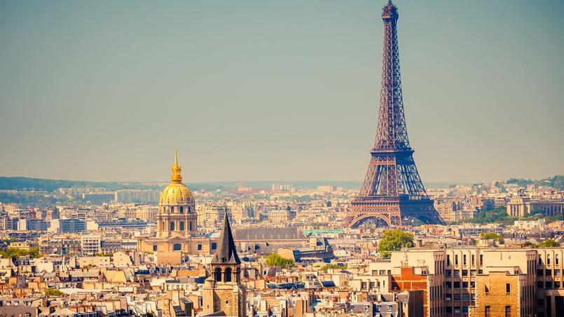 Une vue aérienne de la ville de Paris avec au loin la Tour Eiffel.