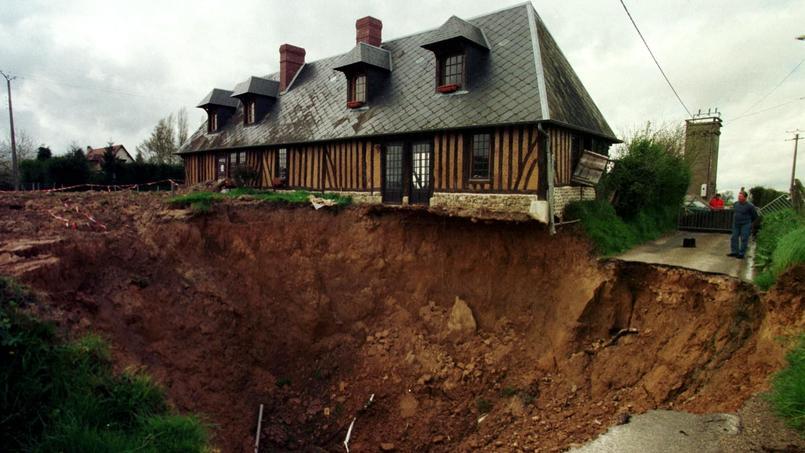 Photo d'archives de 2001 à Neuville-sur-Authou où une marnière s'était effondrée.