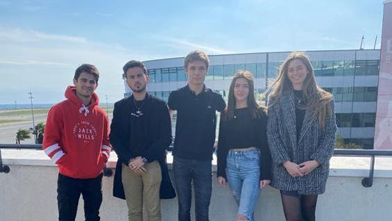 Les cinq membres de l'association de gauche à droite, Victor Dagorn, Arman Sabouri, Quentin Gardet, Margaux Severac et Alys Muscat.