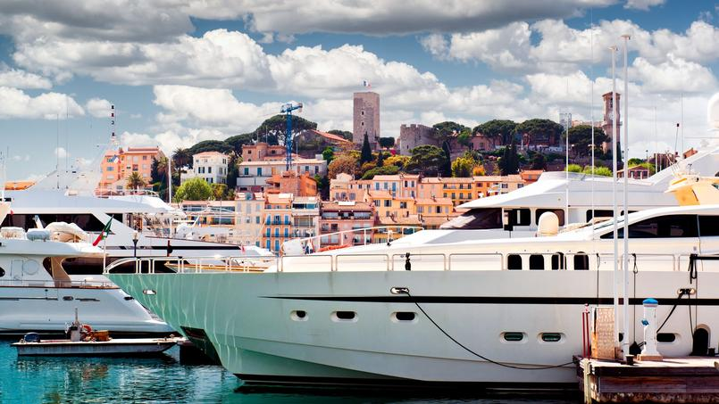 Le vieux port de Cannes avec vue sur le Suquet, l'endroit où est censé se trouver le yacht de la squatteuse.