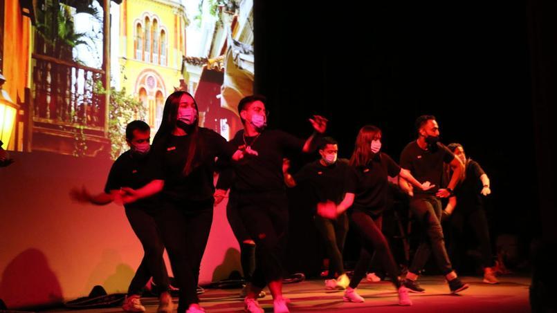 Les admisseurs étrangers font un tour du monde des danses traditionnelles.