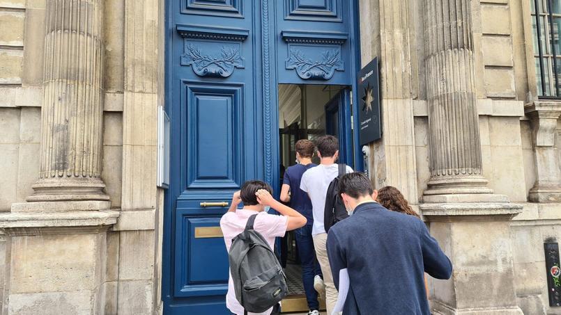 Les premiers candidats entrent au lycée Condorcet pour passer l'épreuve du grand oral.