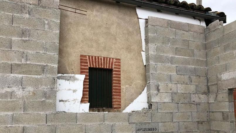 Ce couple vit un enfer avec le chantier du voisin accolé à leur fenêtre