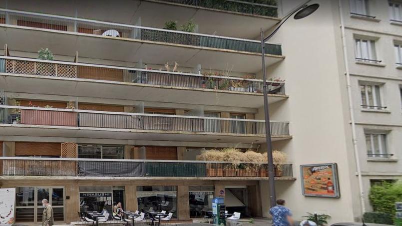 Les commerces se trouvent en pied d'immeuble, juste en-dessous des balcons