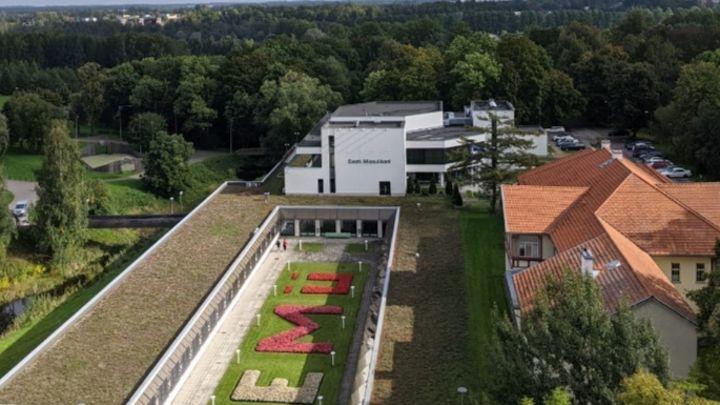 À l'orée d'une forêt, l'immeuble dans lequel Gaspard est en collocation appartient à l'université.