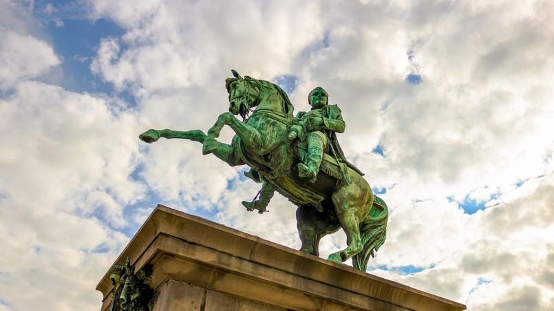 À Rouen, des étudiants luttent contre le déboulonnage de la statue de Napoléon