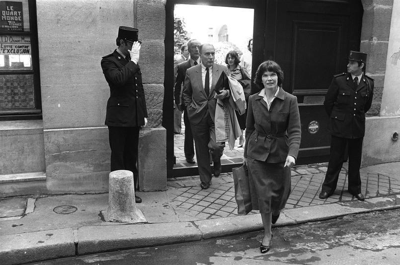 Photo d'archive du 18 mai 1981, lorsque François Mitterrand fraîchement élu président de la République quitte son domicile en compagnie de son épouse Danielle et de son frère Robert.