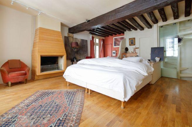 Dans sa configuration actuelle, le logement ne comprend qu'une chambre avec sa salle de bains.