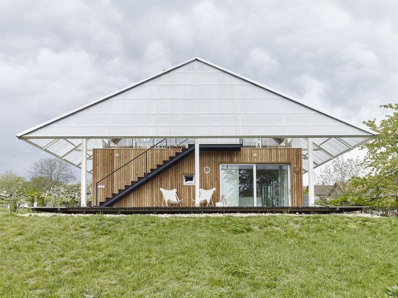 Cette maison tchèque réchauffe la serre qui la surmonte