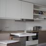 APRES. Une vraie grande cuisine fonctionnelle avec coin repas escamotable et  un réfrigérateur/congélateur intégré, sur la gauche.
