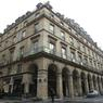 L'immeuble est situé rue de Castiglione dans le 1er arrondissement, à 100 mètres de la place Vendôme, l'un des quartiers les plus chers de la capitale.