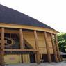 L'ancien pavillon du Cameroun datant de l'Exposition coloniale de 1931 a retrouvé de sa superbe avec de nouveaux poteaux en mélèze.